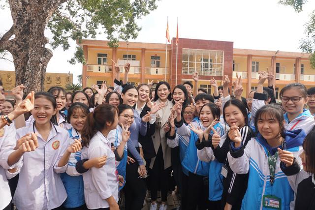 Hoa hậu Đỗ Thị Hà giản dị đi từ thiện tại quê hương Thanh Hóa - Ảnh 3.