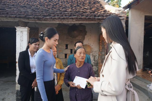 Hoa hậu Đỗ Thị Hà giản dị đi từ thiện tại quê hương Thanh Hóa - Ảnh 2.