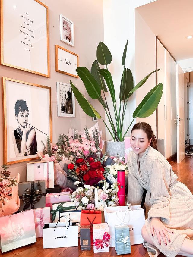 Mai Ngọc chìm trong quà hàng hiệu nhân dịp sinh nhật tuổi 30 - Ảnh 1.