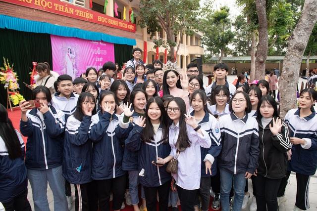 Hoa hậu Đỗ Thị Hà trao tặng 200 triệu cho ngôi trường từng theo học - Ảnh 2.