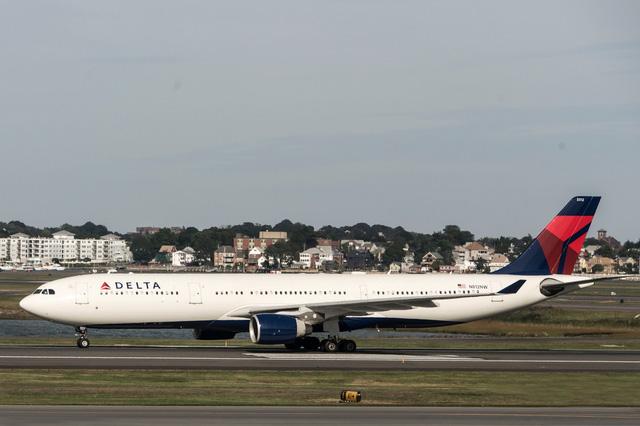 Kỳ lạ, hành khách và thú cưng bỗng nhảy ra  khỏi máy bay khi đang cất cánh - ảnh 1