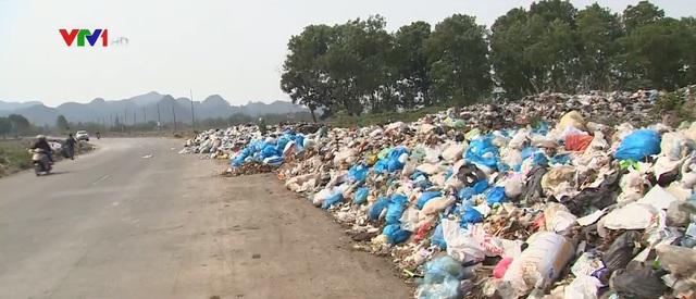 Gần 10.000 tấn rác tồn đọng, tràn ra đường tại Mỹ Đức - Ảnh 1.