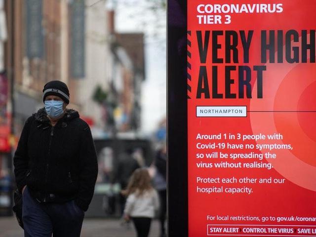 Phong tỏa và tiêm vaccine chưa thể giúp Anh kiềm chế tốc độ lây lan dịch - Ảnh 1.