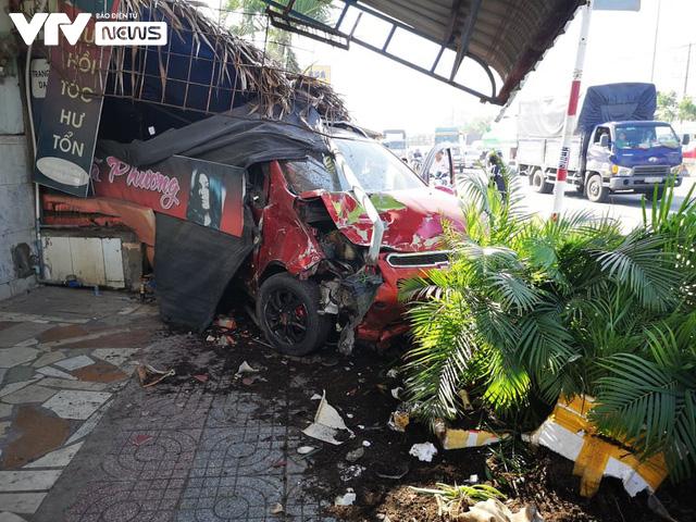 Bà Rịa - Vũng Tàu: Ô tô mất lái tông hàng loạt xe máy sập quán cà phê ven đường quốc lộ 51 - Ảnh 4.