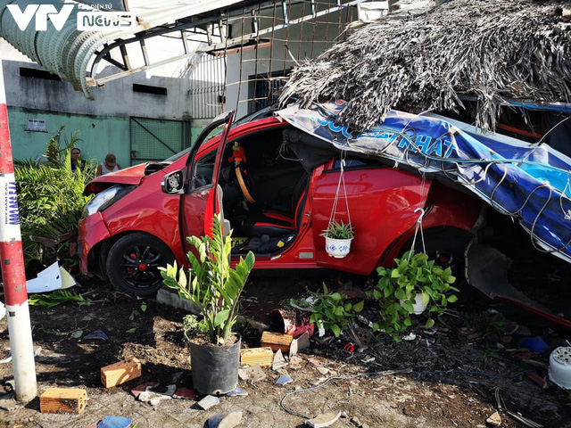 Bà Rịa - Vũng Tàu: Ô tô mất lái tông hàng loạt xe máy sập quán cà phê ven đường quốc lộ 51 - Ảnh 5.