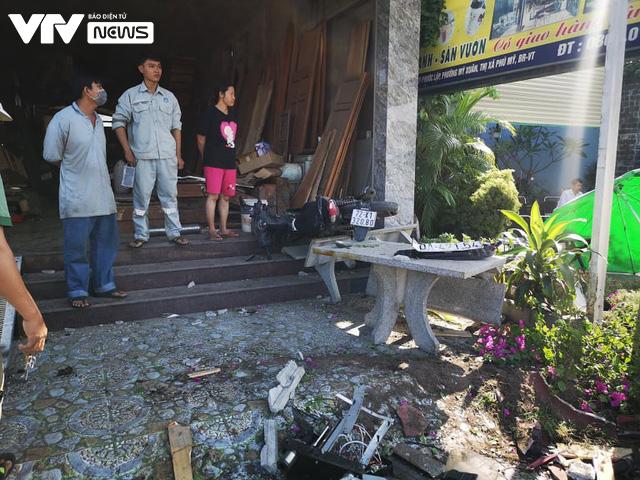 Bà Rịa - Vũng Tàu: Ô tô mất lái tông hàng loạt xe máy sập quán cà phê ven đường quốc lộ 51 - Ảnh 2.