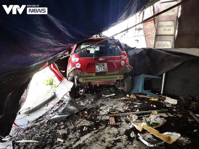 Bà Rịa - Vũng Tàu: Ô tô mất lái tông hàng loạt xe máy sập quán cà phê ven đường quốc lộ 51 - Ảnh 3.