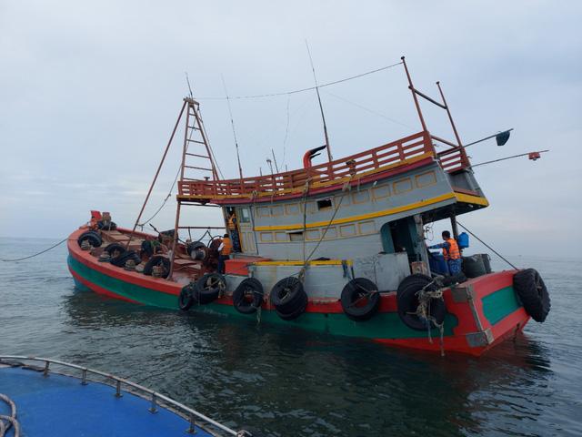 Cảnh sát biển bắt giữ tàu chở trên 150.000 lít dầu DO không rõ nguồn gốc - Ảnh 1.