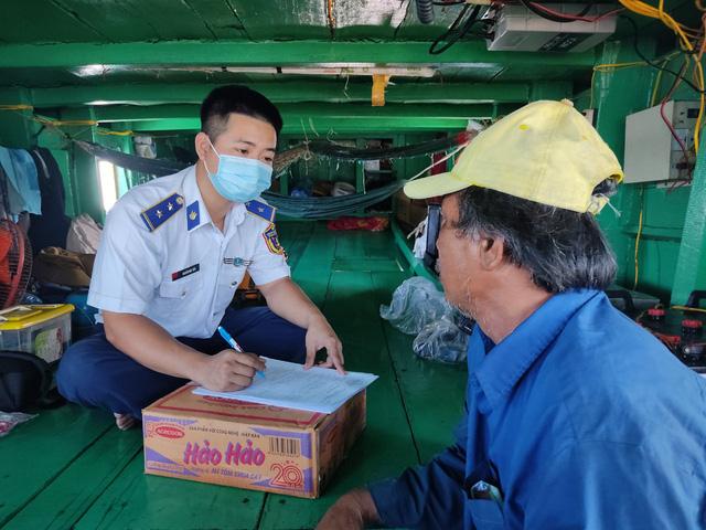 Cảnh sát biển bắt giữ tàu chở trên 150.000 lít dầu DO không rõ nguồn gốc - Ảnh 2.