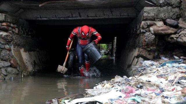 Người nhện nhặt rác ở Indonesia - Ảnh 1.