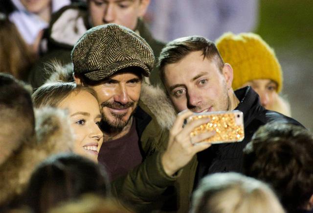 David Beckham bất ngờ xuất hiện ở sân bóng nhỏ tại Anh - Ảnh 3.