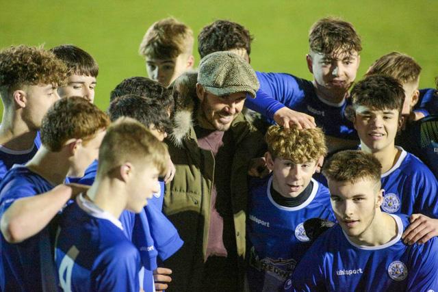 David Beckham bất ngờ xuất hiện ở sân bóng nhỏ tại Anh - Ảnh 4.