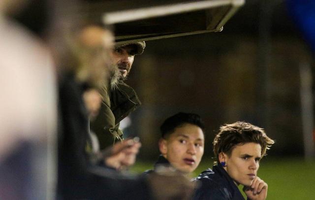 David Beckham bất ngờ xuất hiện ở sân bóng nhỏ tại Anh - Ảnh 2.