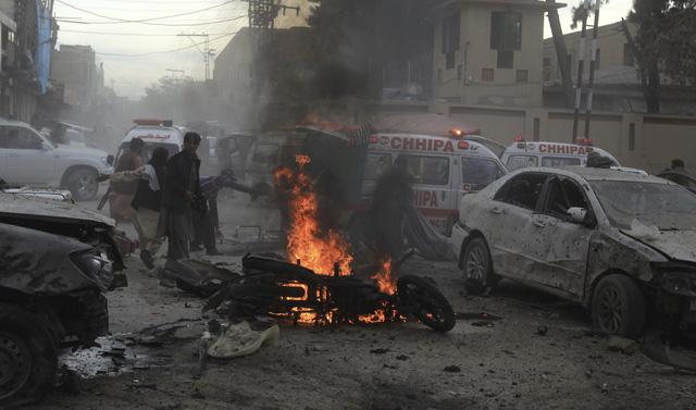 Đánh bom nhằm vào xe cảnh sát tại Pakistan, ít nhất 10 người thiệt mạng - Ảnh 1.