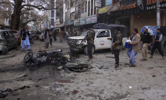 Đánh bom nhằm vào xe cảnh sát tại Pakistan, ít nhất 10 người thiệt mạng - Ảnh 2.