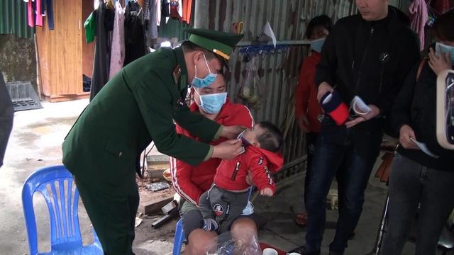 Quảng Ninh: Tặng khẩu trang miễn phí cho nhân dân cửa khẩu Móng Cái - Ảnh 1.