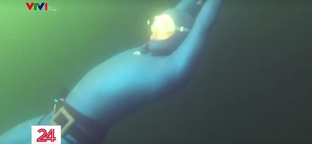 Thợ lặn dưới băng người Nga lập kỷ lục thế giới - Ảnh 1.