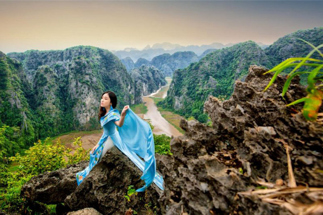 Đại sứ áo dài Việt Nam khoe bộ ảnh tuyệt đẹp trên đỉnh Hang Múa - Ảnh 2.
