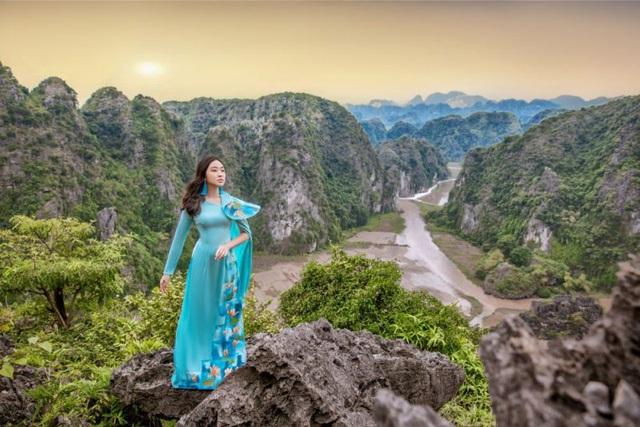 Đại sứ áo dài Việt Nam khoe bộ ảnh tuyệt đẹp trên đỉnh Hang Múa - Ảnh 1.
