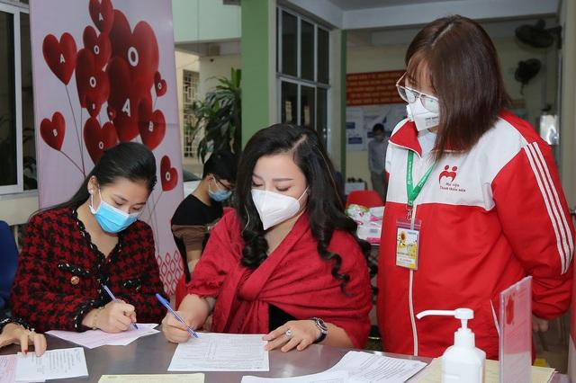 NSƯT Tố Nga đi hiến máu tình nguyện giữa dịch virus Corona - Ảnh 1.