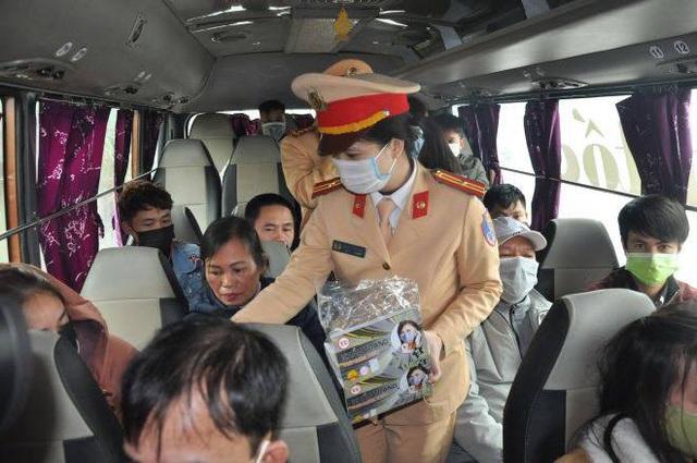 Ấm lòng hình ảnh CSGT đeo tặng khẩu trang miễn phí cho người dân phòng nCoV - Ảnh 1.