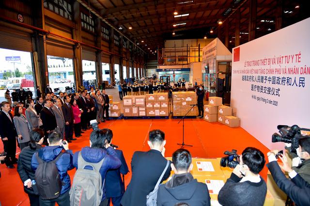 Việt Nam trao tặng trang thiết bị, vật tư, y tế cho Trung Quốc - Ảnh 4.
