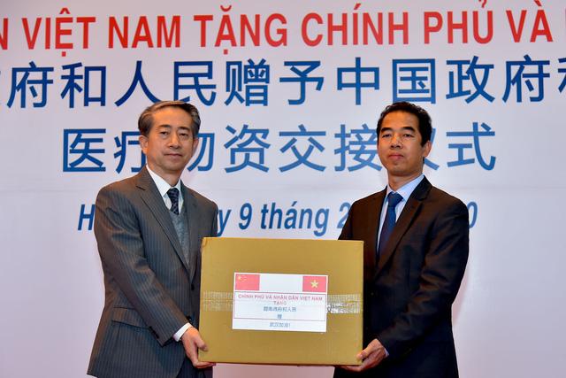 Việt Nam trao tặng trang thiết bị, vật tư, y tế cho Trung Quốc - Ảnh 3.
