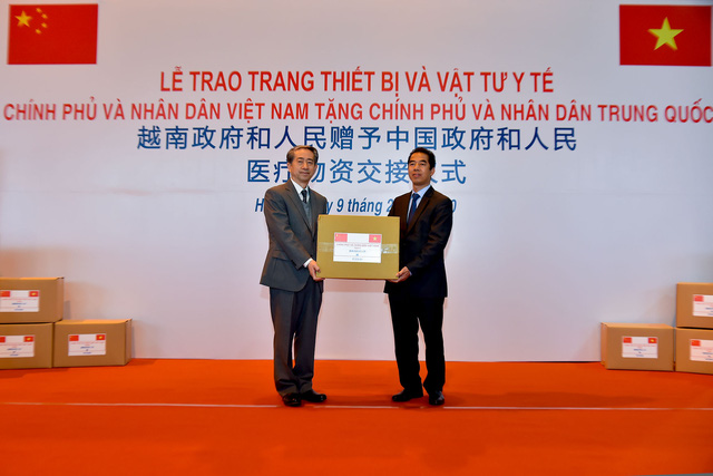 Việt Nam trao tặng trang thiết bị, vật tư, y tế cho Trung Quốc - Ảnh 2.
