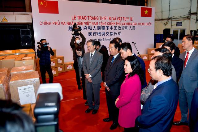 Việt Nam trao tặng trang thiết bị, vật tư, y tế cho Trung Quốc - Ảnh 5.