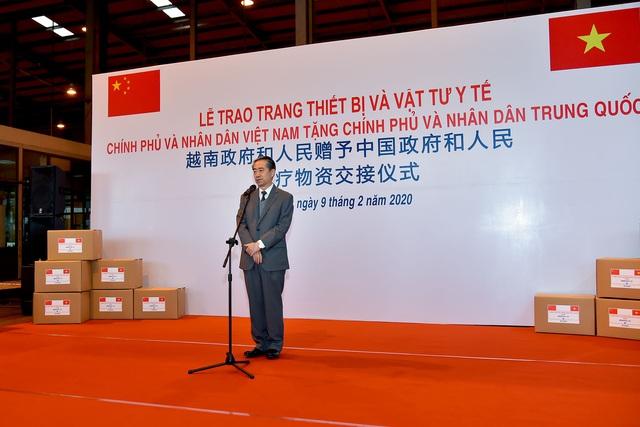 Việt Nam trao tặng trang thiết bị, vật tư, y tế cho Trung Quốc - Ảnh 1.