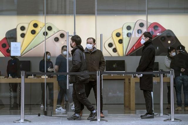 Apple hạn chế khách đeo thử AirPods, Apple Watch phòng COVID-19 - Ảnh 2.