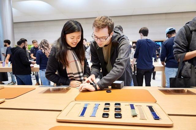 Apple hạn chế khách đeo thử AirPods, Apple Watch phòng COVID-19 - Ảnh 1.