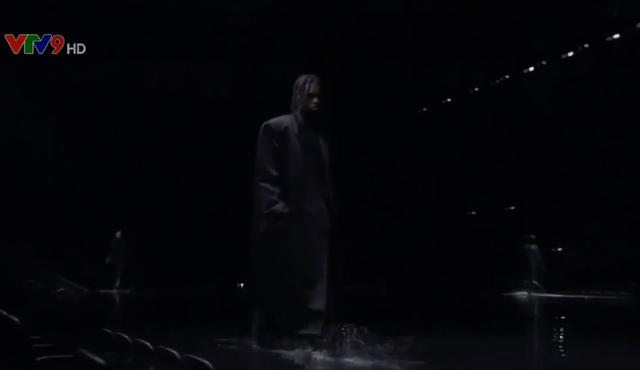 Show diễn thời trang khán giả không nhìn rõ người mẫu - Ảnh 1.