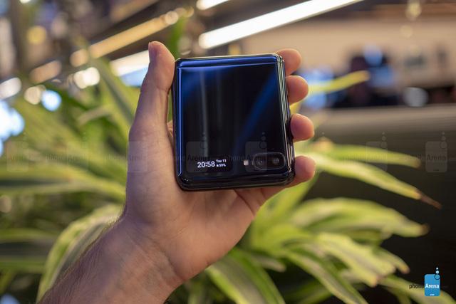 Bạn đã biết cách chụp selfie nhanh trên Galaxy Z Flip? - Ảnh 1.