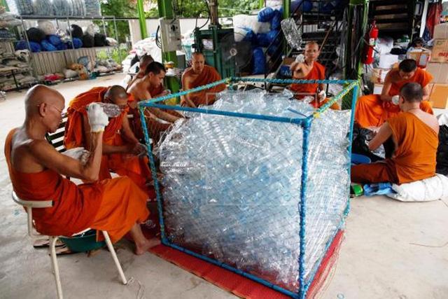 Nhà sư Thái Lan sản xuất khẩu trang từ nhựa tái chế - Ảnh 1.