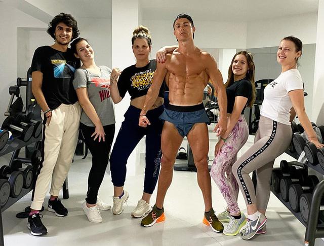 Nghỉ thi đấu vì COVID-19, Ronaldo vẫn duy trì tập gym đều đặn - Ảnh 1.