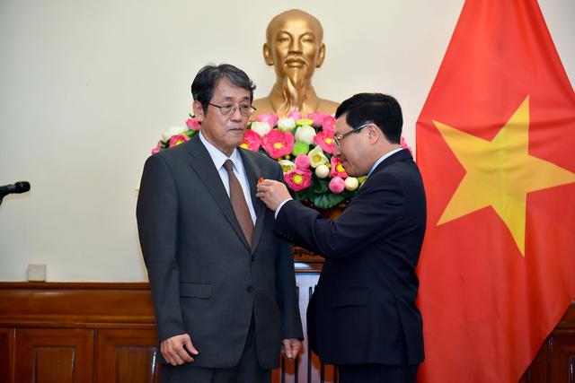 Phó Thủ tướng Phạm Bình Minh trao Huân chương Hữu nghị cho Đại sứ đặc mệnh toàn quyền Nhật Bản - Ảnh 1.