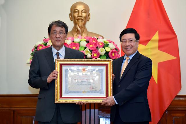 Phó Thủ tướng Phạm Bình Minh trao Huân chương Hữu nghị cho Đại sứ đặc mệnh toàn quyền Nhật Bản - Ảnh 2.