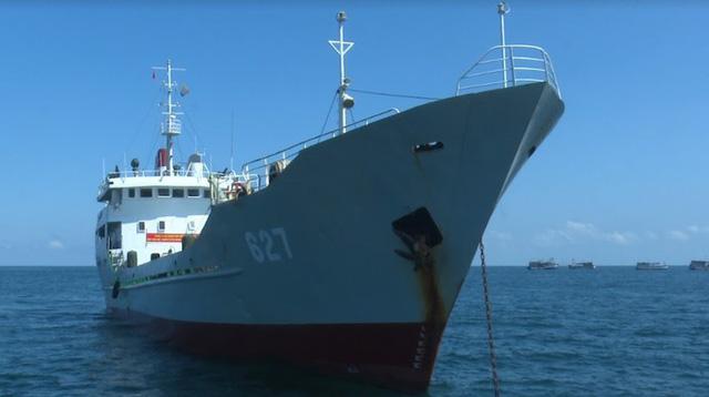 Vùng 5 Hải quân cấp nước ngọt cho người dân đảo Hòn Chuối - Ảnh 1.