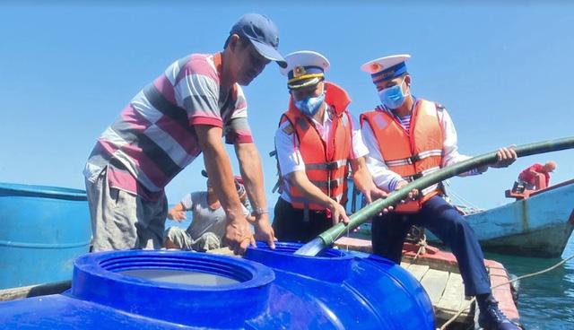 Vùng 5 Hải quân cấp nước ngọt cho người dân đảo Hòn Chuối - Ảnh 2.