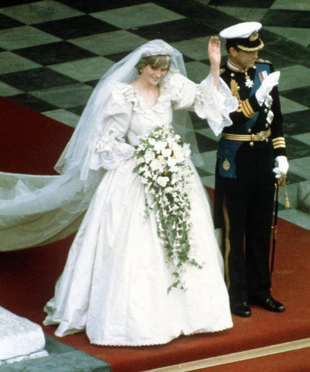 Chiêm ngưỡng những bộ váy mang tính biểu tượng của Công nương Diana - Ảnh 2.