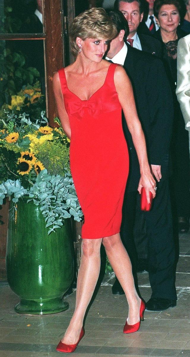 Chiêm ngưỡng những bộ váy mang tính biểu tượng của Công nương Diana - Ảnh 18.