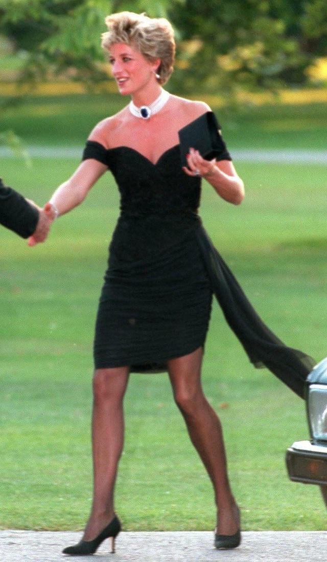 Chiêm ngưỡng những bộ váy mang tính biểu tượng của Công nương Diana - Ảnh 4.