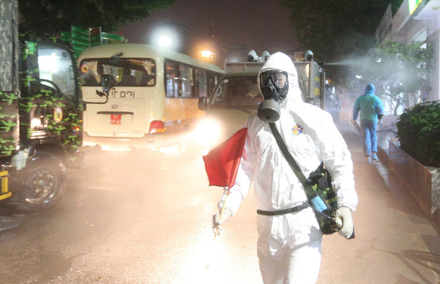 Binh chủng Hóa học phun khử trùng tiêu độc Bệnh viện Bạch Mai - ảnh 3