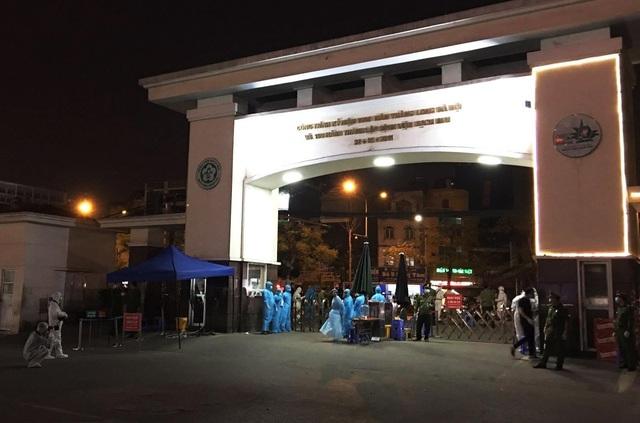 Binh chủng Hóa học phun khử trùng tiêu độc Bệnh viện Bạch Mai - ảnh 1