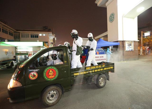Binh chủng Hóa học phun khử trùng tiêu độc Bệnh viện Bạch Mai - ảnh 6