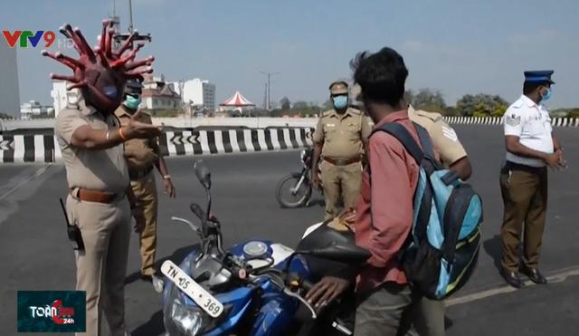 Cảnh sát Ấn Độ đội mũ bảo hiểm hình virus Corona - Ảnh 1.