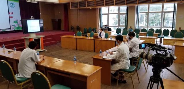 Ê-kíp làm phim tài liệu của VTV7 chính thức bấm máy tại bệnh viện Bạch Mai! - Ảnh 1.