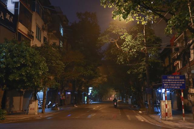 Dịch COVID-19: Hà Nội vắng lặng như tờ trong ngày đầu thực hiện Chỉ thị 16 của Thủ tướng Chính phủ - Ảnh 13.