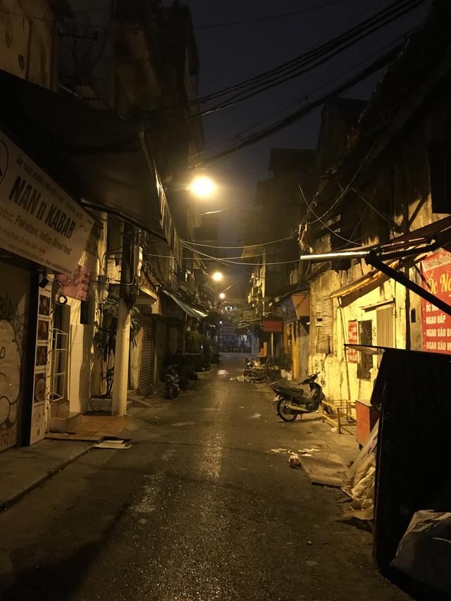 Dịch COVID-19: Hà Nội vắng lặng như tờ trong ngày đầu thực hiện Chỉ thị 16 của Thủ tướng Chính phủ - Ảnh 11.